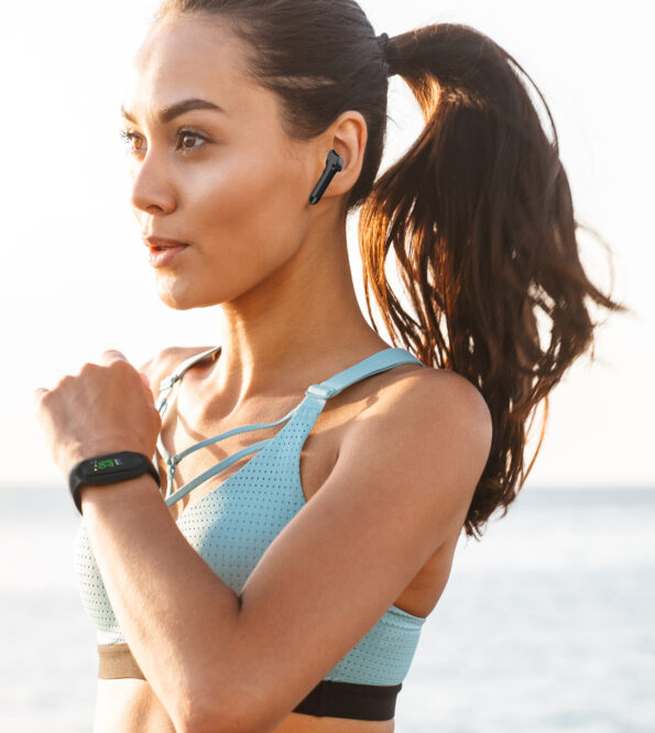 Photo closeup of strong sporty woman 20s in sportswear running a